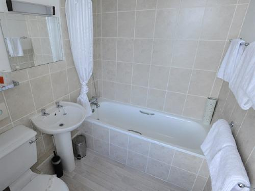 A Twin Sea View Ensuite Bathroom