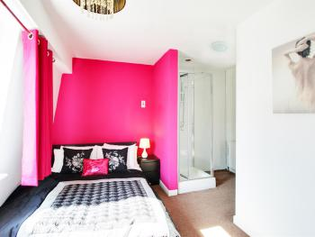 St Margarets Place Townhouse - The pink bedroom - has a double bed and single with its own ensuite shower.