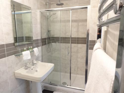 Ensuite Bathroom (walk in Shower + BATH)