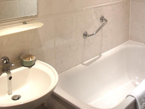 Ensuite Bathroom Facilities caring hotel, london | rooms