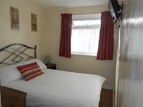 Small Double En-suite Room 10