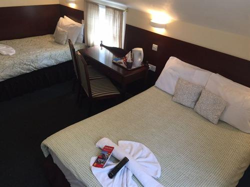 Triple Room with shared bathroom (1 Double and one single bed)