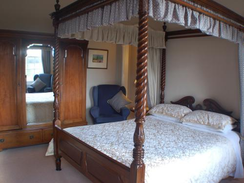 King size four-poster, ensuite bathroom