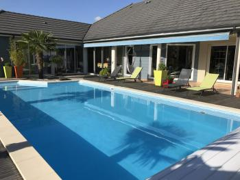 La piscine chauffée en saison .