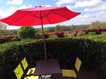 Table et chaises avec parasol