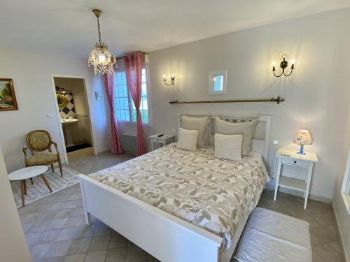 Auguste Renoir room-Queen-Deluxe-Ensuite with Shower-Countryside view - Base Rate