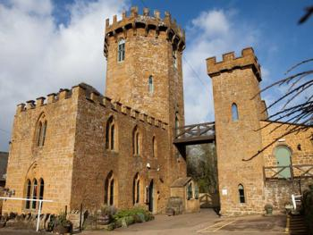 Castle at Edgehill - View of the pub from the front