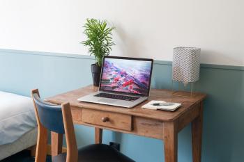 Petit bureau dans la chambre