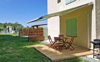 Terrasse Gîte LA TOUR avec salon de jardin barbecue-plancha