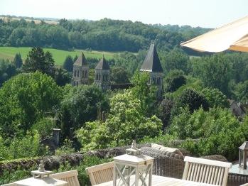 Vue sur l'abbatiale depuis la terrasse de l'Instant La Vue