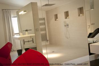 Salle de bains ouverte : lavabo dans la chambre et douche italienne avec ciel de pluie
