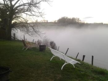Le jour se lève dans la brume