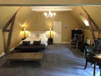 Grande suite de l'Instant La Ferme au RDC, avec un espace nuit et union salon avec un cli-clac si besoin