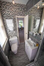 Room 4 En-suite Bathroom 2 of 2