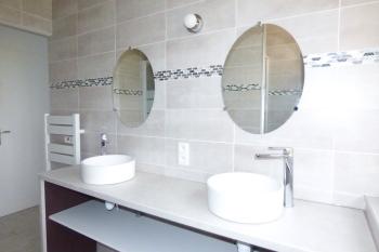Salle d'eau avec 2 douches et 2 vasques