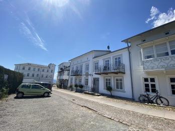 Villa Daheim Ansicht mit Parkplatz