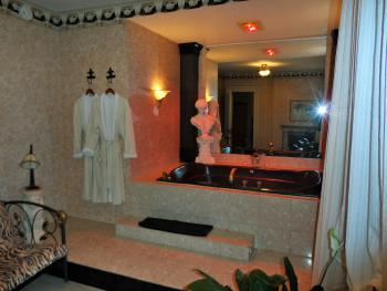 Italian Suite Jacuzzi with Robes, Heat Lamps and lights on