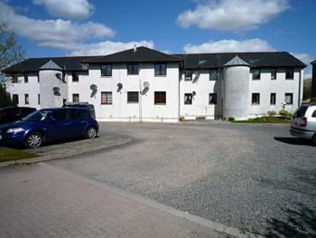 Ladyknowe Apartment - External View of apartments and car park