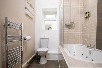 A luxury room bathroom (Romantic)