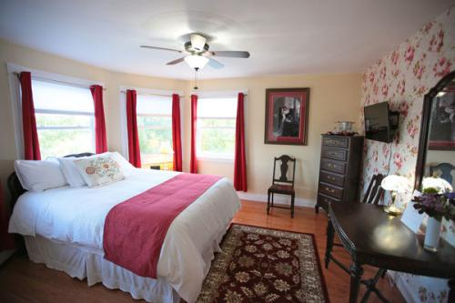 The Crimson Rose Room-Queen-Deluxe-Ensuite with Shower-Lake View