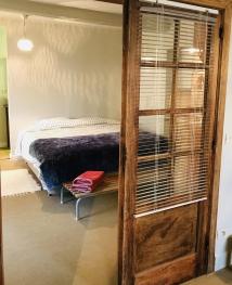 Appartement slaapkamer vanuit leefruimte