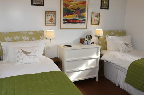 Twin room-Standard-Ensuite with Shower - Room Only
