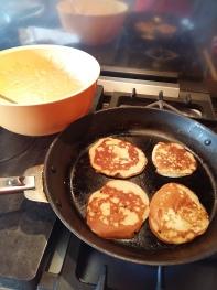 préparation de pancakes pour le petit-déjjeuner