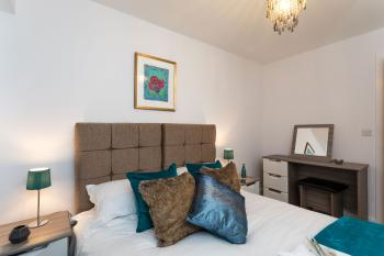 Higher Living - Professional Southampton Apartment - Double Bedroom