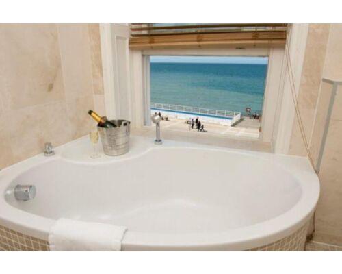 Room 6 - Luxurious Bathroom with Sea Views - Superking