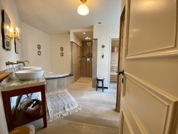 Badezimmer mit Sauna & Whirlpoolbadewanne