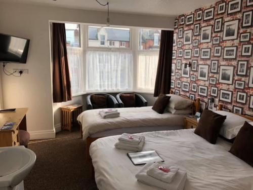 Triple room-Comfort-Ensuite with Shower-Street View