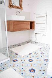 la salle d'eau au carrelage coloré de la chambre Mimosa