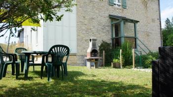jardin clôturé avec barbecue