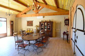 Salle à manger , bibliothèque des hôtes