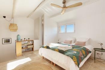 Chambre avec ventilateur au plafond