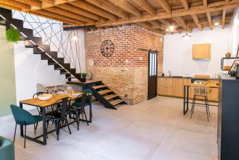 Coin repas du séjour ouvert sur la cuisine toute équipée - La Grange - Bruyères-et-montberault