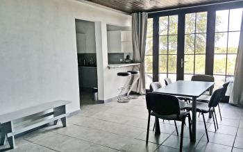 Salle de 40 m2 avec une petit cuisine et bar
