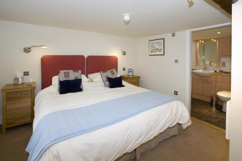 Double or Twin-Ensuite with Bath-Street View-Conwy, shower over bath