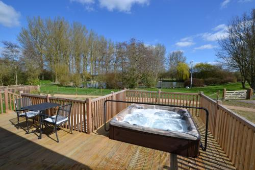 Sparrowhawk Luxury 1 Bedroom Lodge with Private Hot Tub & Sauna
