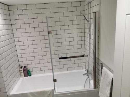 Jesmond Suite GF-Modern-Apartment-Private Bathroom-City View - Base Rate
