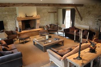 Vue sur le salon et sa belle cheminée