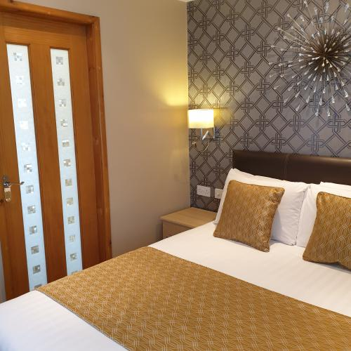 Double Deluxe Ensuite with shower street view first floor (Breakfast included)