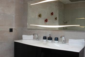Salle de bain avec douche italienne et double vasque - Rez de chaussée - accès PMR