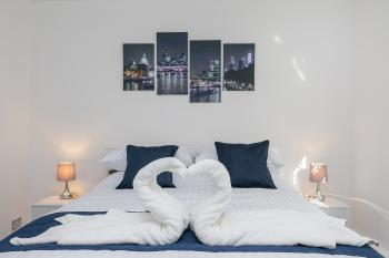 Luxury Croydon Apartment - Bedroom with King size bed 01