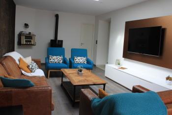 Espace salon avec poële, TV et musique