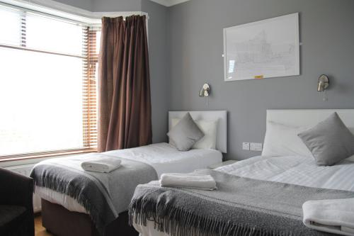 Triple room-Ensuite-Garden View-KING AND SINGLE