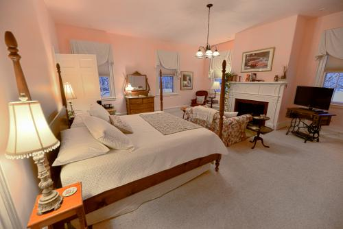 The Oliver Phelps Suite-Suite-Oversized-Ensuite with Shower - Base Rate