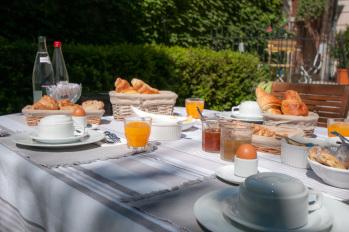 Petit Déjeuner  dans le jardin La Demeure des Sacres REIMS