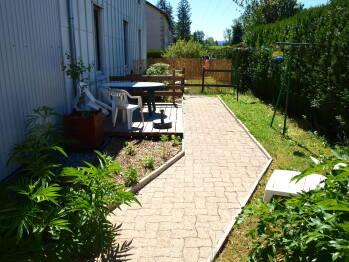 jardin privé et clôturé avec terrasse