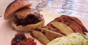 A la table d'hôtes : burger 100 % maison, haché de magret de canard, sauce au foie gras et pommes de terre façon potatoes